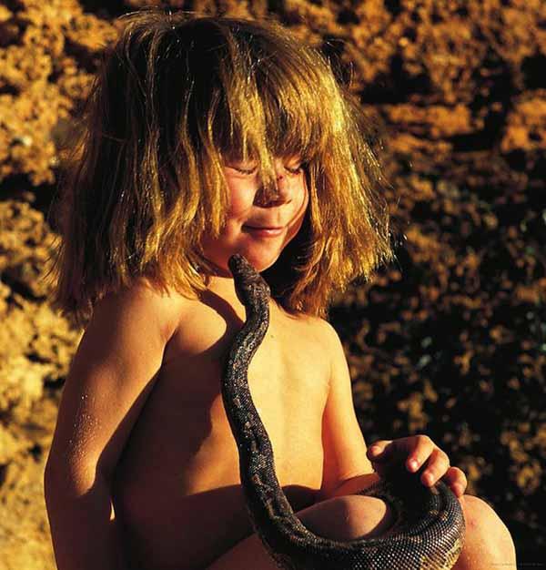 Почти как Маугли: детство маленькой девочки проходит в окружении диких животных в Африке