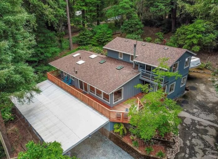 Дом расположен посреди густого живописного леса.