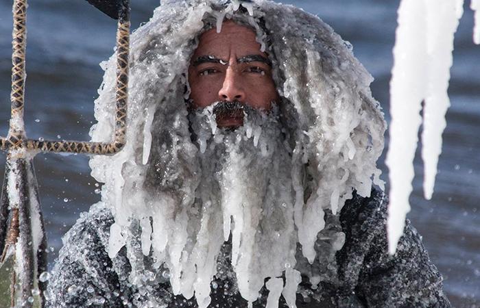 Серферы после катания на волнах в мороз -34С