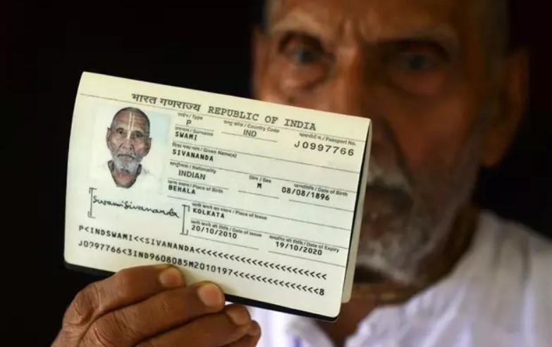 Мужчина показал паспорт в аэропорту и остановил его работу Культура