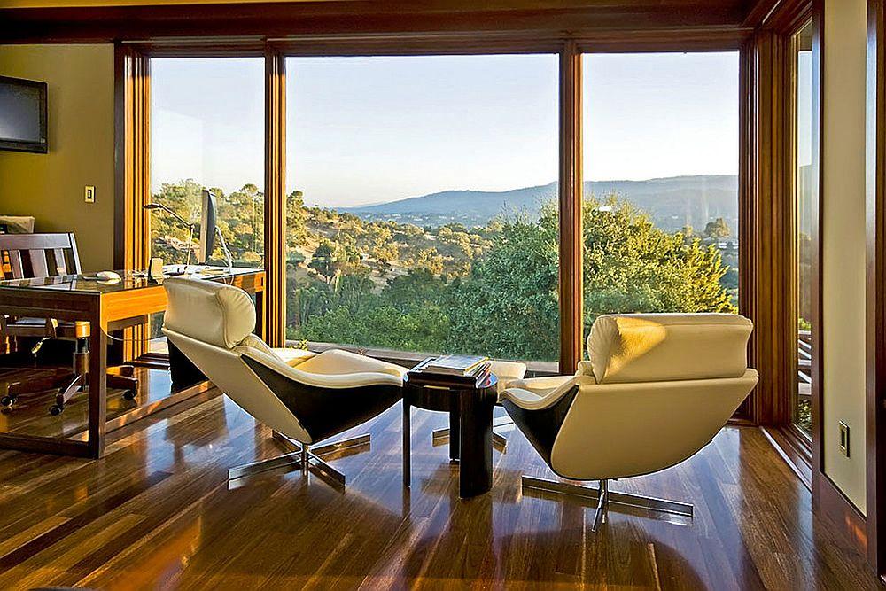 С панорамных окон домашнего мини-офиса открывается прекрасный вид