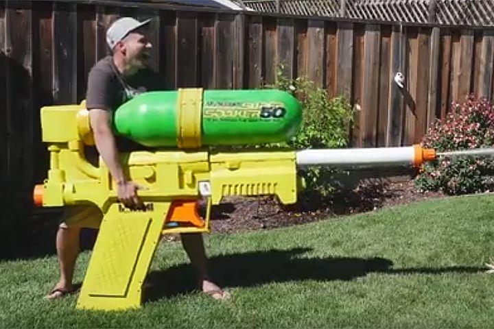 Бывший сотрудник NASA сконструировал водяной пистолет размером с человека