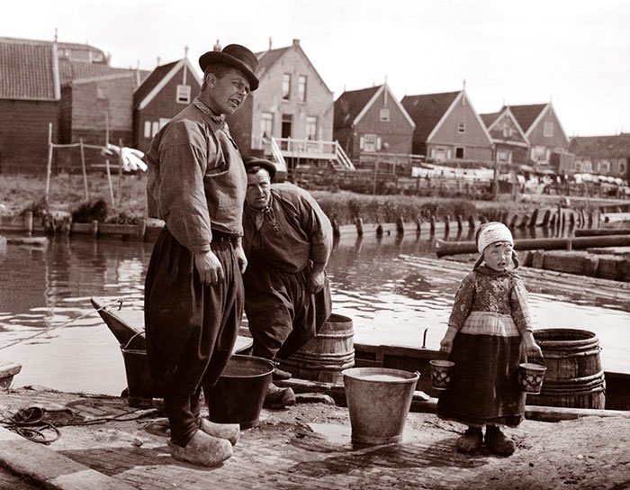 Отец с дочерью на пристани, Маркен, Голландия ХХ век, винтаж, восстановленные фотографии, европа, кусочки истории, путешествия, старые снимки, фото