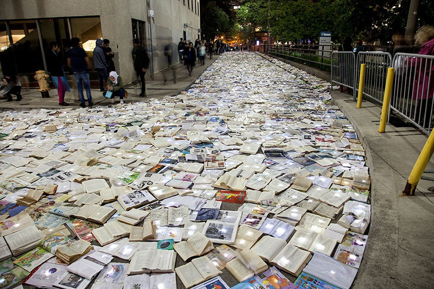 Светящаяся река из тысяч книг - необычная инсталляция на улицах Торонто идея