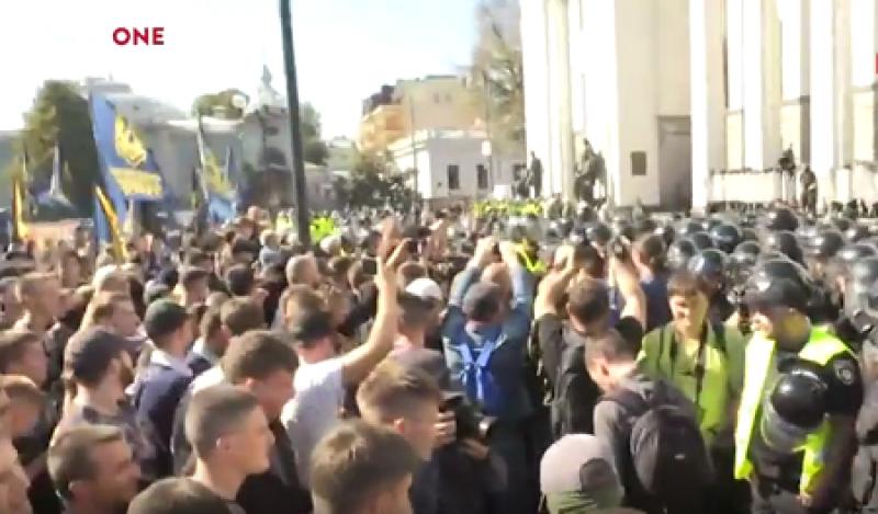 Под ВР «жарко»: националисты жгут дымовые шашки, нардепам рекомендуют покидать парламент через подземные переходы