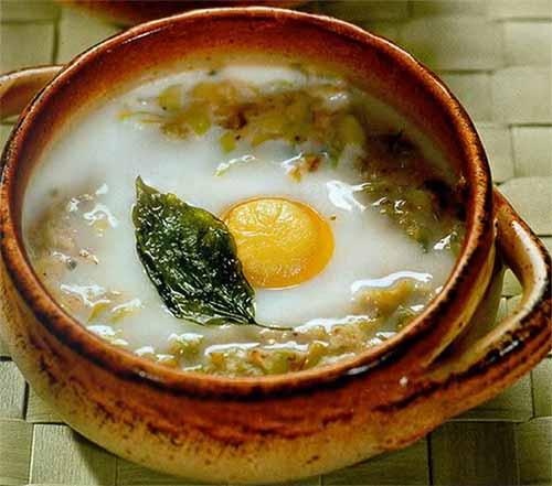 Яйца в горшочке с луком-пореем