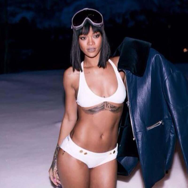 Знаменитости решили не пропускать новый тренд, в котором красотки позируют в купальниках в снежную погоду фотография