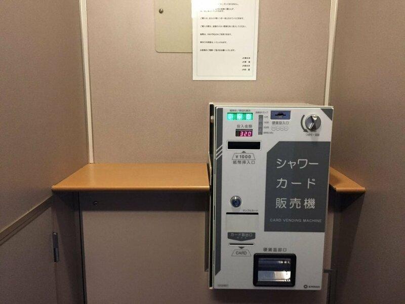В поезде установлен автомат, который продаёт душевые карты в мире, комфорт, поезд, ретро, япония