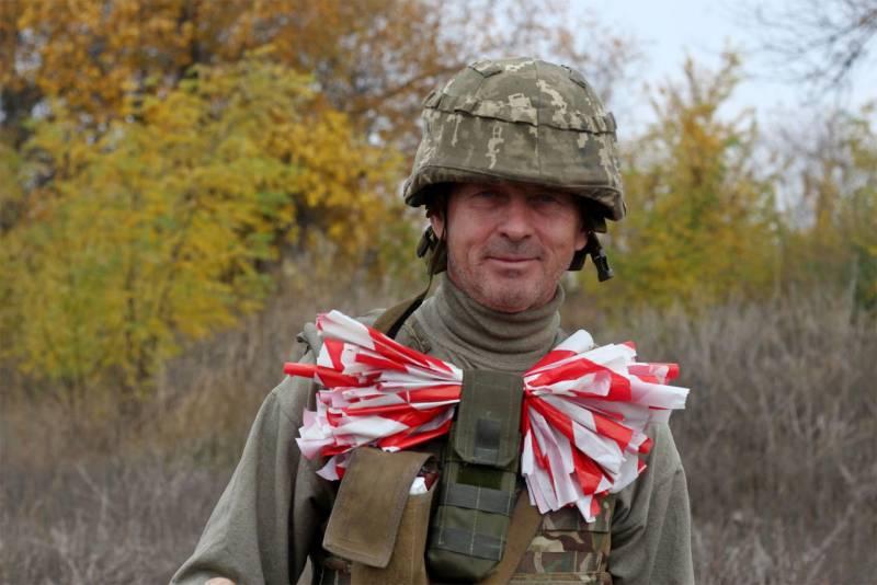 Украинские военные позируют у линии разграничения: отвода сил до сих пор нет