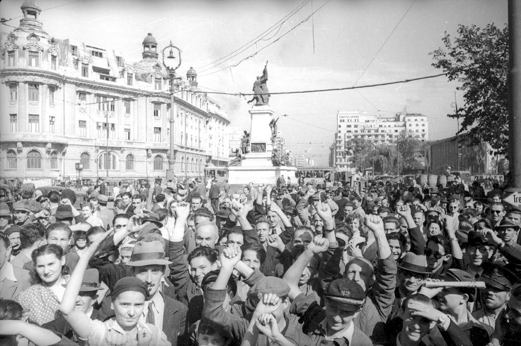 Освобожденная Европа через объективы советских фотографов жителями, Красной, Бойцы, Советские, Берлин, освобожденная, Белграде, югославские, бойцы, Варшавская, битва, сражаются, окрестностях, Будапешта9, Семья, Фронтовые, гетто, Кудашов, Цепном, мосту