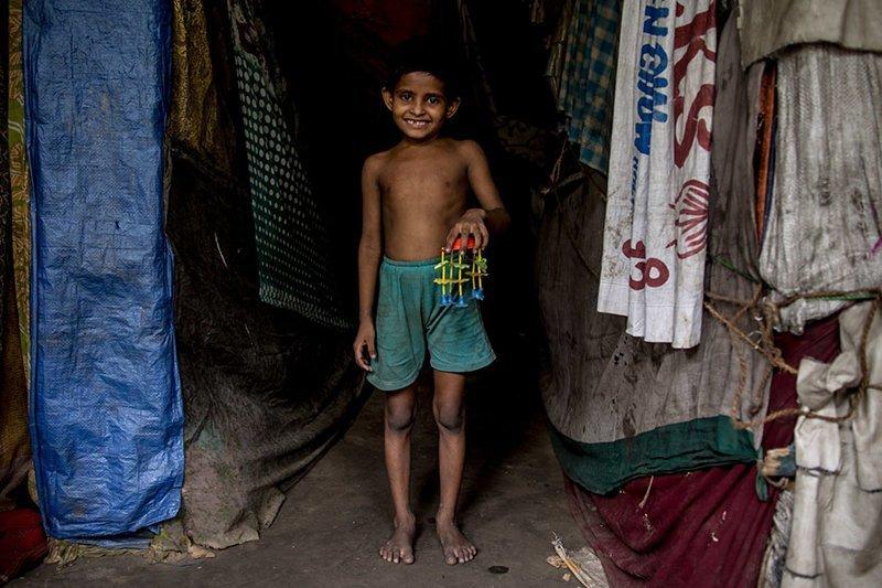 Индийский мальчик — в месяц на семью тратят $31 — и его необычная пластиковая игрушка в мире, дети, игрушка, люди, страны