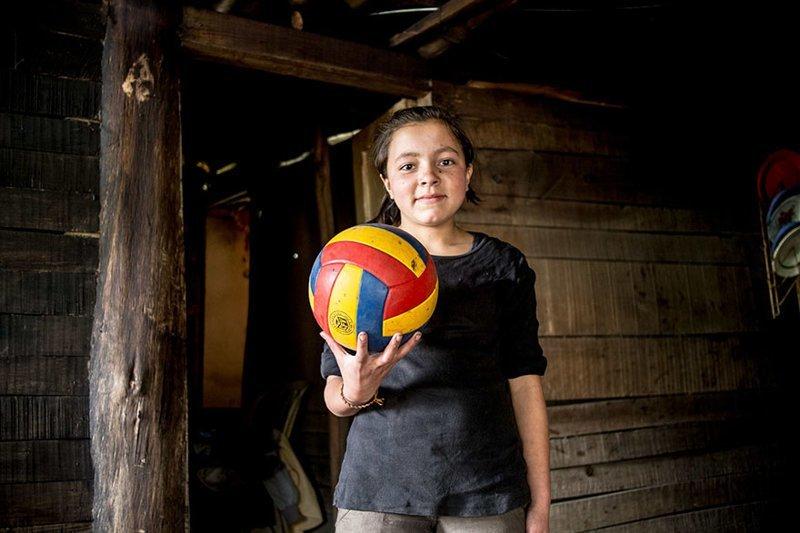 В колумбийском доме, где в месяц на семью тратят $123, любимой игрушкой является волейбольный мяч в мире, дети, игрушка, люди, страны