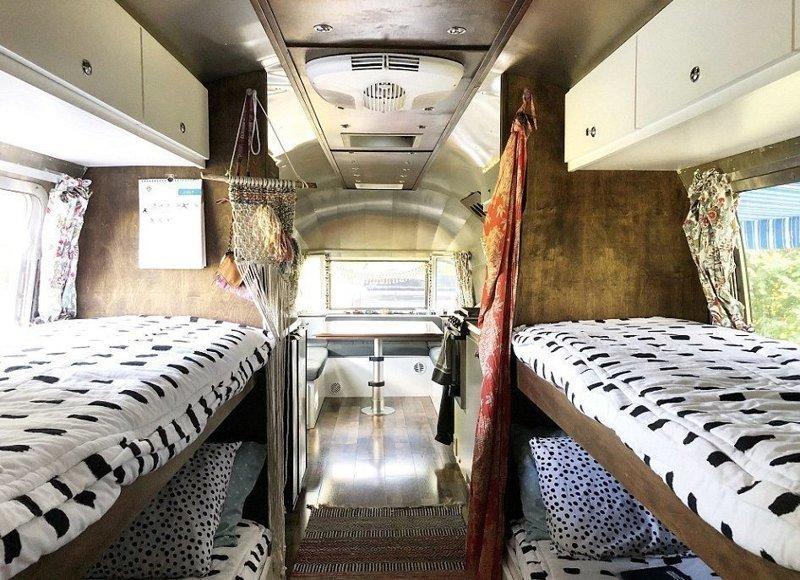 Семья с четырьмя детьми поменяла шикарный дом на фургон для путешествий беспокойная семья, жизнь в трейлере, жизнь на колесах, необычно, путешественники, путешествие без конца, свобода, уставшие от города
