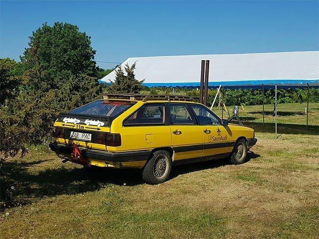 Группа друзей превратила Audi 100 1984 года в уютную сауну на дровах машинки