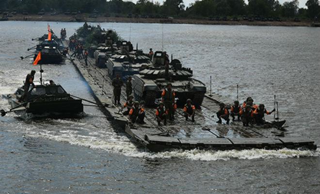 Молниеносная переправа танков: российские военные развернули мост через 500-метровую реку за 15 минут world of tanks,армия,переправа,понтон,Пространство,река,танк,танки