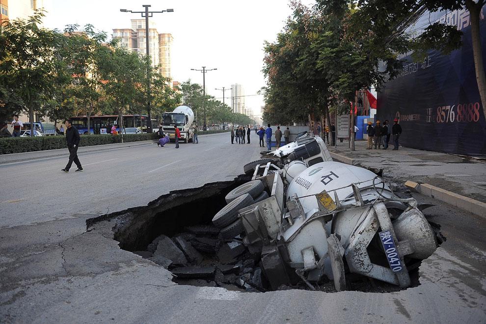 28 сентября 2012 на дороге в городе Сиань, провинция Шэньси образовалась дыра, куда рухнул цементовоз