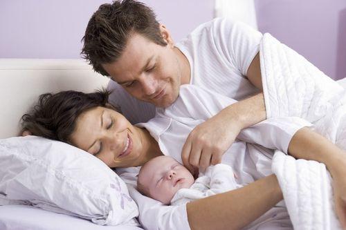 Счастливые родители с ребенком