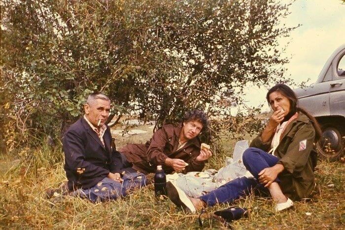По небольшим деталям PageD0WN предположил, что на снимках — 70-е годы прошлого века барахолка, в мире, геолог, клад, люди, ностальгия, фото, чемодан