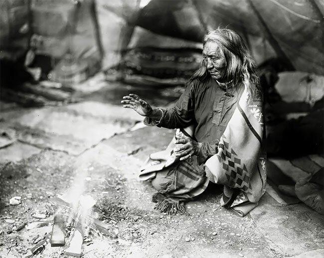 Женщина из индейского племени навахо греет руки, 1915 год интересно, исторические кадры, исторические фото, история, ретро фото, старые фото, фото