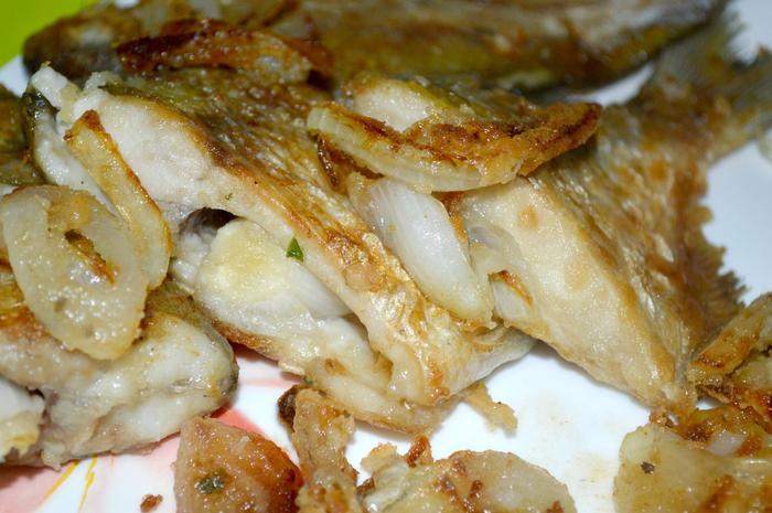 Жареная рыба с луком