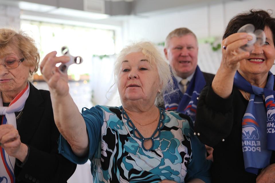 К 8 Марта питерским пенсионеркам чиновники подарили спиннеры