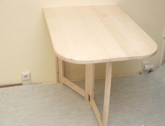 Практичный складной столик для маленькой квартиры