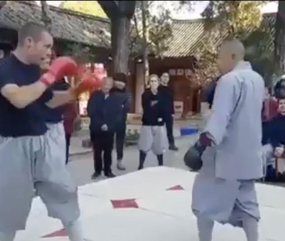 Боксер вызвал шаолиньского монаха на бой и продержался целых 8 секунд жизнь