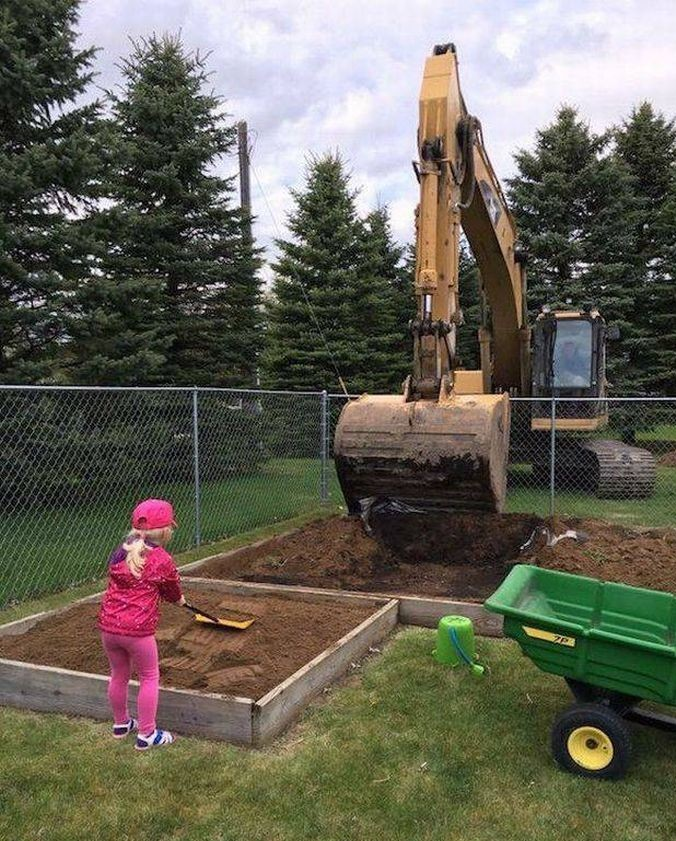 Детские игры в песочнице но уже на новом уровне. большие игрушки, большие мальчики, прикол, юмор