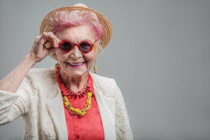 Летом все можно — могут ли розовые волосы и драные джинсы  украсить женщину за 50?