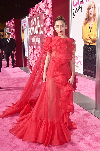 Майли Сайрус, Приянка Чопра, Ник Джонас и другие звезды на премьере фильма в Лос-Анджелесе красная дорожка