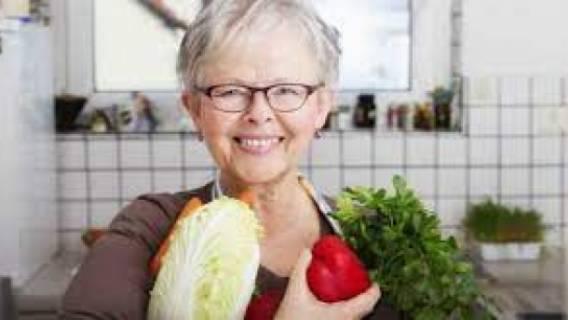 Диетологи рассказали о том, как питаться после 50