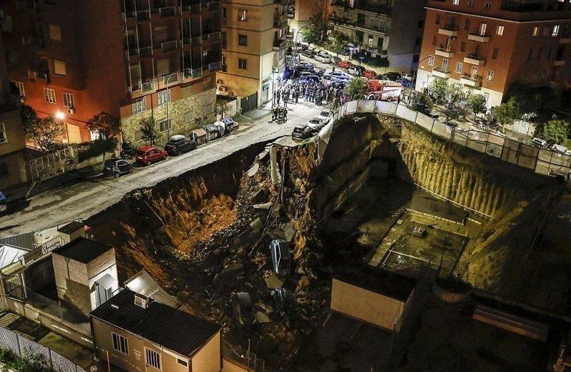 Громадный провал в центре Рима поглотил целую улицу