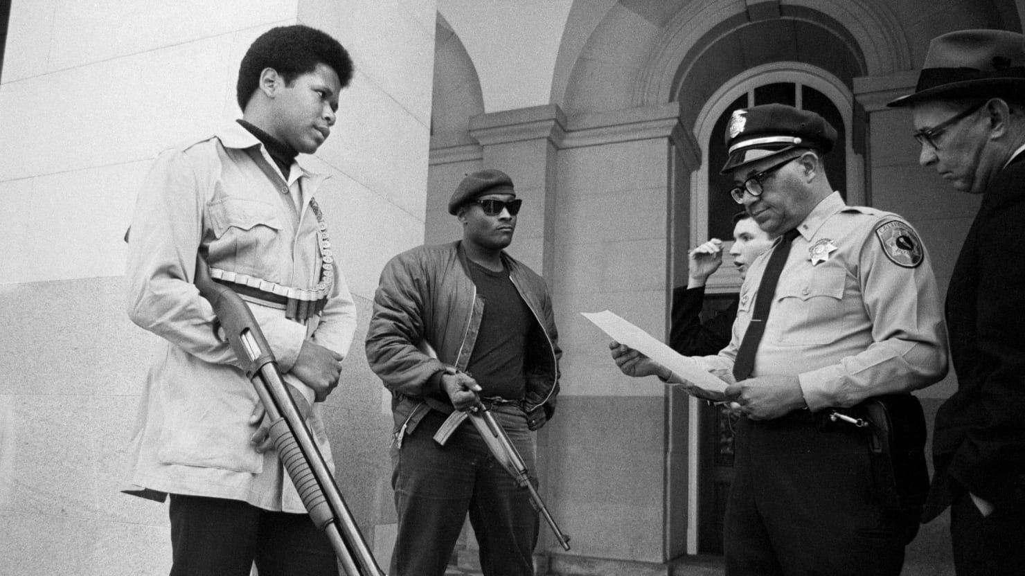 Реальная история «Черных пантер»: революция из гетто «Черных, Ньютон, пантер», партии, однако, чернокожих, людей, когда, только, черных, которые, стали, организации, оружие, «Черные, полицейские, время, всегда, итоге, стало