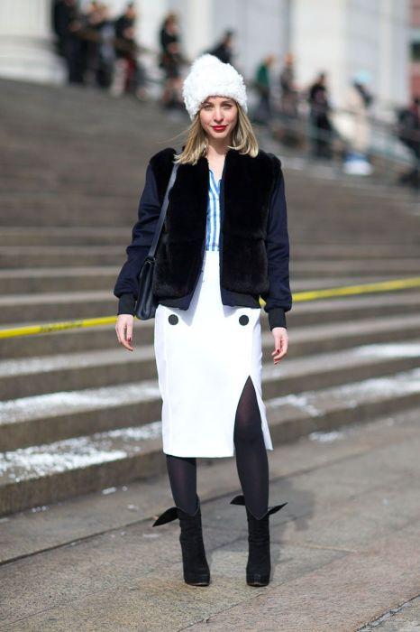 Удачное сочетание белого, черного и оттенков синего — в итоге получился стильный и современный образ. /Фото: i.pinimg.com