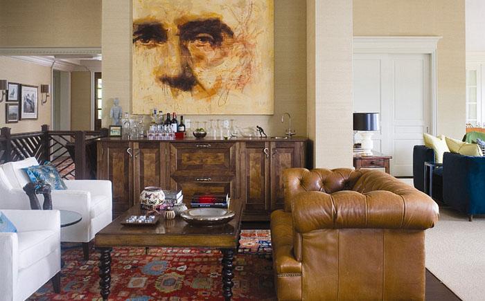 Классический диван Честерфилд в мужской гостиной