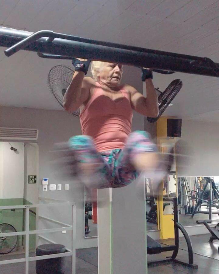 Все правильно, это бабуля, которая так быстро выполняет упражнения, что и камера не успевает уследить в мире, вещи, забавно, люди, прикол, спортзал, юмор