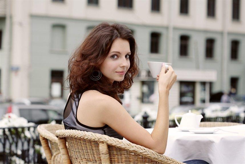 devuschka_v_ulichnom_kafe