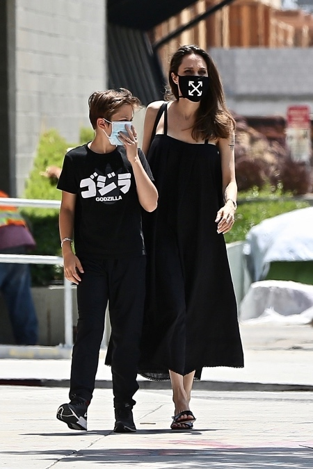 Женщина в черном: Анджелина Джоли на прогулке с сыном Ноксом чтобы, Джоли, своих, сыном, стало, маску, известно, детей, Анджелина, поводу, прогулки, много, часов, времени, постоянные, Питта, опеки, детьми, актриса, через
