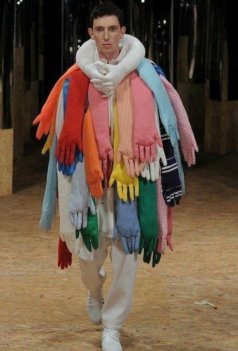 11. А в какой руке телефон держит? горе модники, дизайн, мода, смешно, трэш, фото