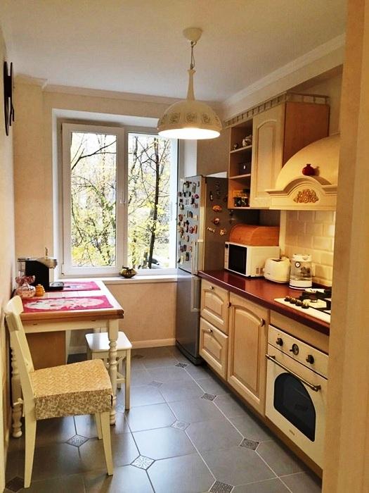 Узкая кухня, оформленная в стиле кантри с линейным расположением гарнитура.