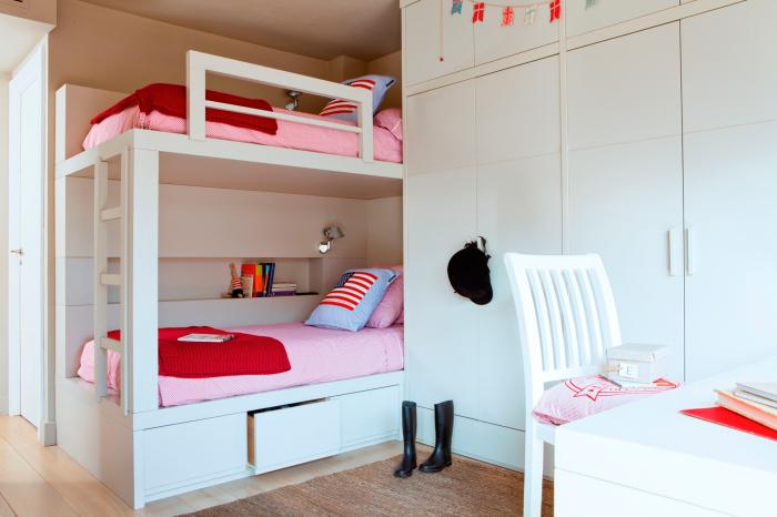 Экономия свободного пространства актуальна не только для малогабаритных помещений, но и для больших детских комнат.