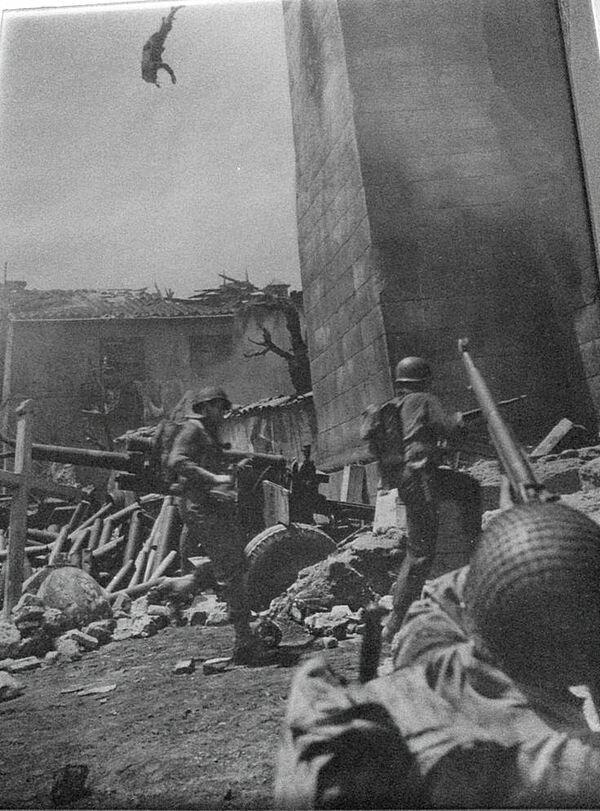 Итальянский снайпер падает со своей боевой позиции. 1944 год.