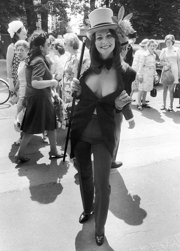 Порнозвезда Linda Lovelace шокирует других болельщиков на гонке Royal Ascot в откровенном костюме. Англия. июнь 1974.