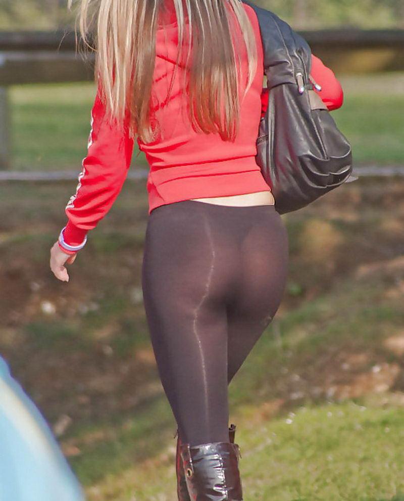 Фото девушка в прозрачных обтягивающих штанах без трусов на улице