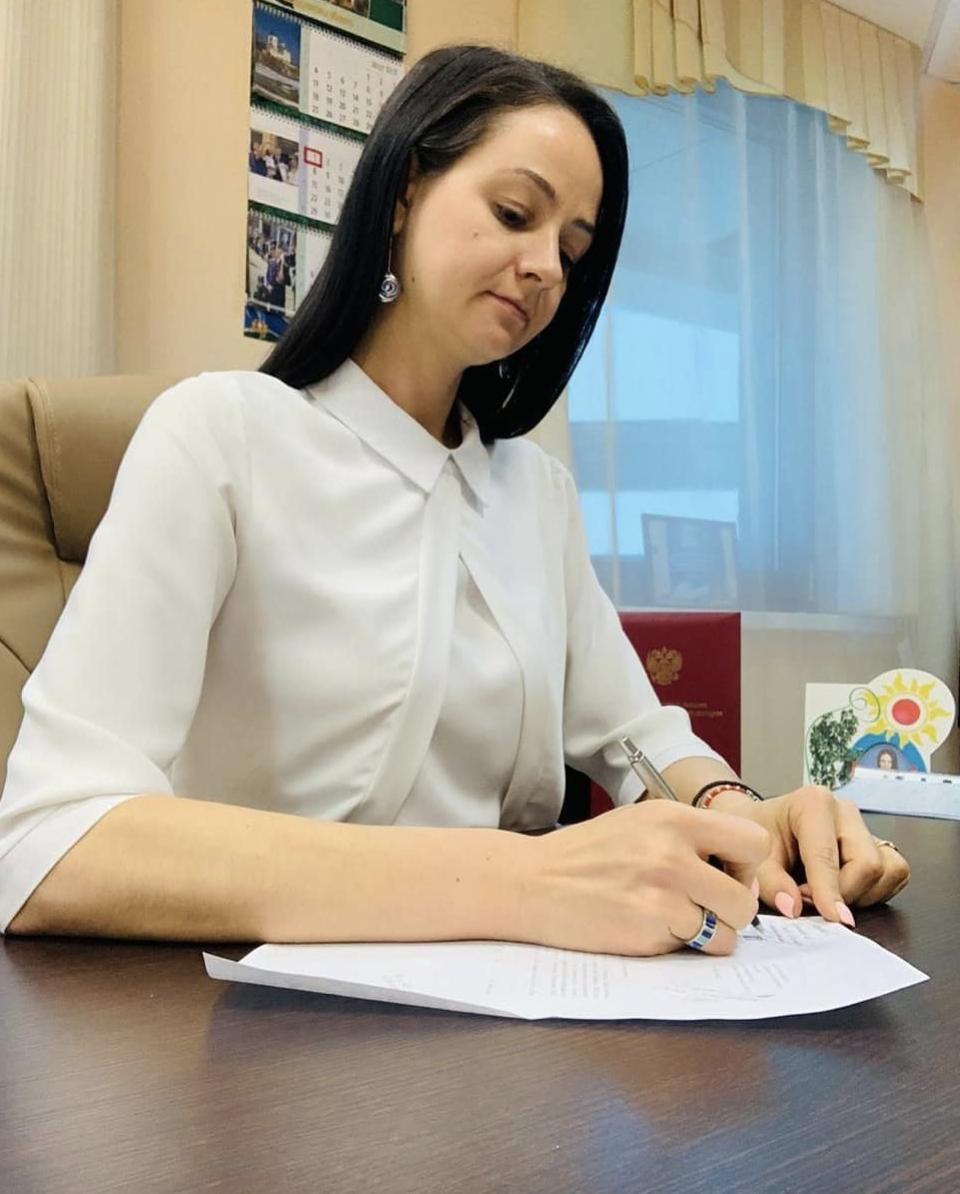 «Не просившая рожать» чиновница получила новую должность и пошла в модели