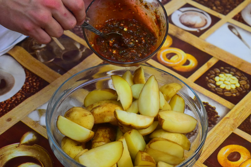 Отваренные дольника картофеля заправляем приготовленной обмазкой Айдахо, видео, еда, картофель в духовке, своими руками