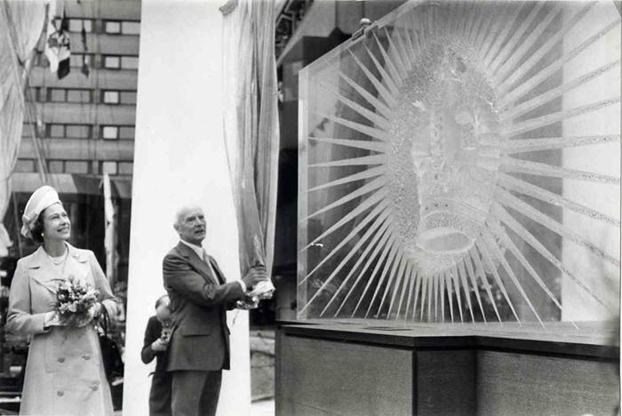 Королева Великобритании на открытии скульптуры Артура Флейшманна.