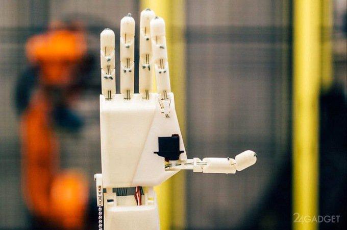 Механическая рука переводит речь на язык жестов