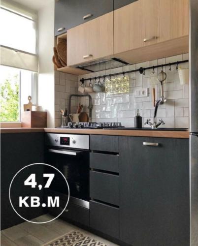 Убитую кухню в хрущевке 4,7 кв превратили в стильную и современную. Вместилось всё - холодильник, стол, духовка идеи для дома,ремонт и строительство