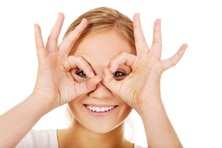 Прочь, гусиные лапки: упражнения от морщинок вокруг глаз, которые легко повторить дома у зеркала
